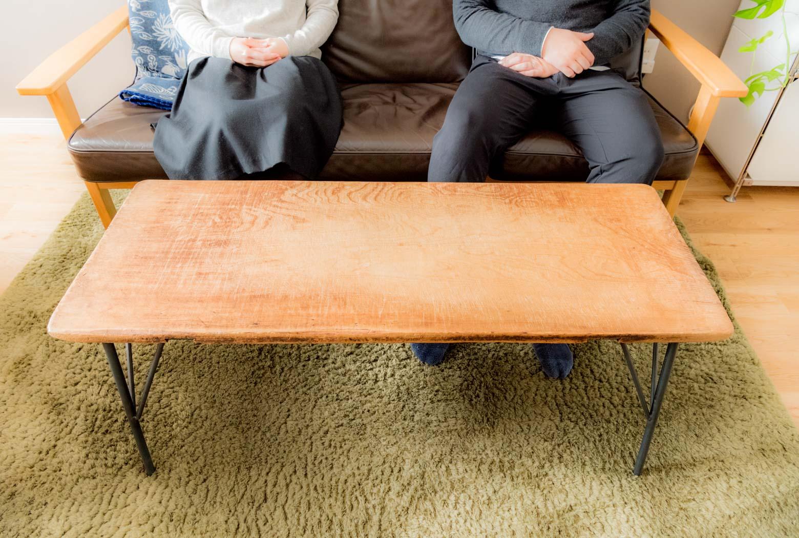 お気に入りのソファとローテーブル。餅を伸ばすために使っていたのし板を天板に再利用したものだそうだ。いい。すごくいい。「いつもこのソファにいます。すごくこの場所が気に入ってて」「そこでよく寝てるよね」