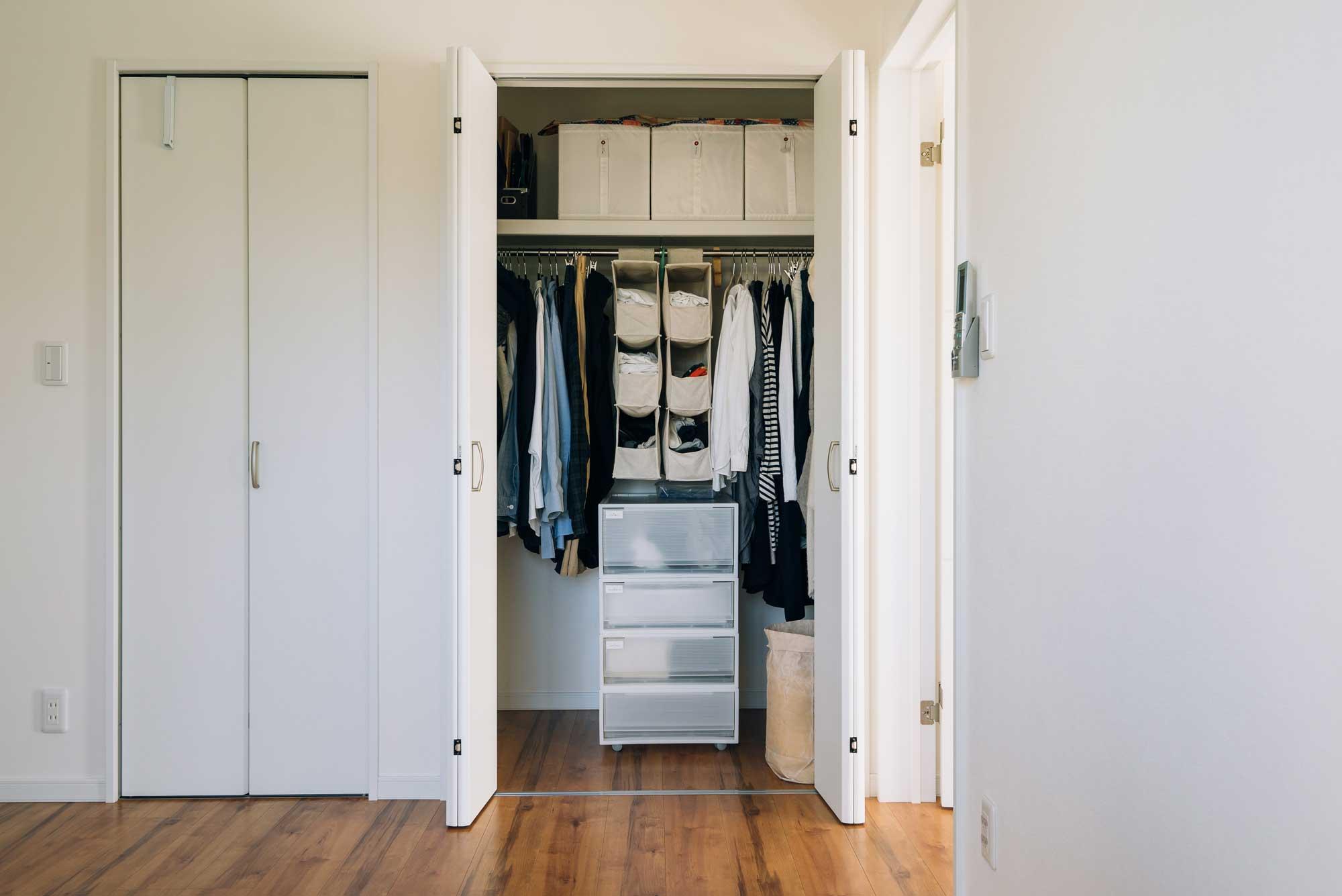 こちらは、整理収納アドバイザーの本多さおりさんのお部屋。家族3人暮らしでオンシーズンの衣服はこれだけという少なさ(捨てるモノ、しまうモノ。本多さおりさんに聞く「シンプルに暮らすコツ」)