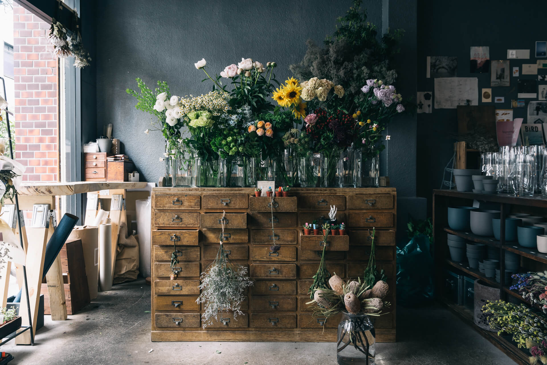 いきつけにしたい、おしゃれカフェ&ショップもいっぱい。(ストーリーのある花との暮らしを提案する『ex. flower shop & laboratory』(東京・蔵前))