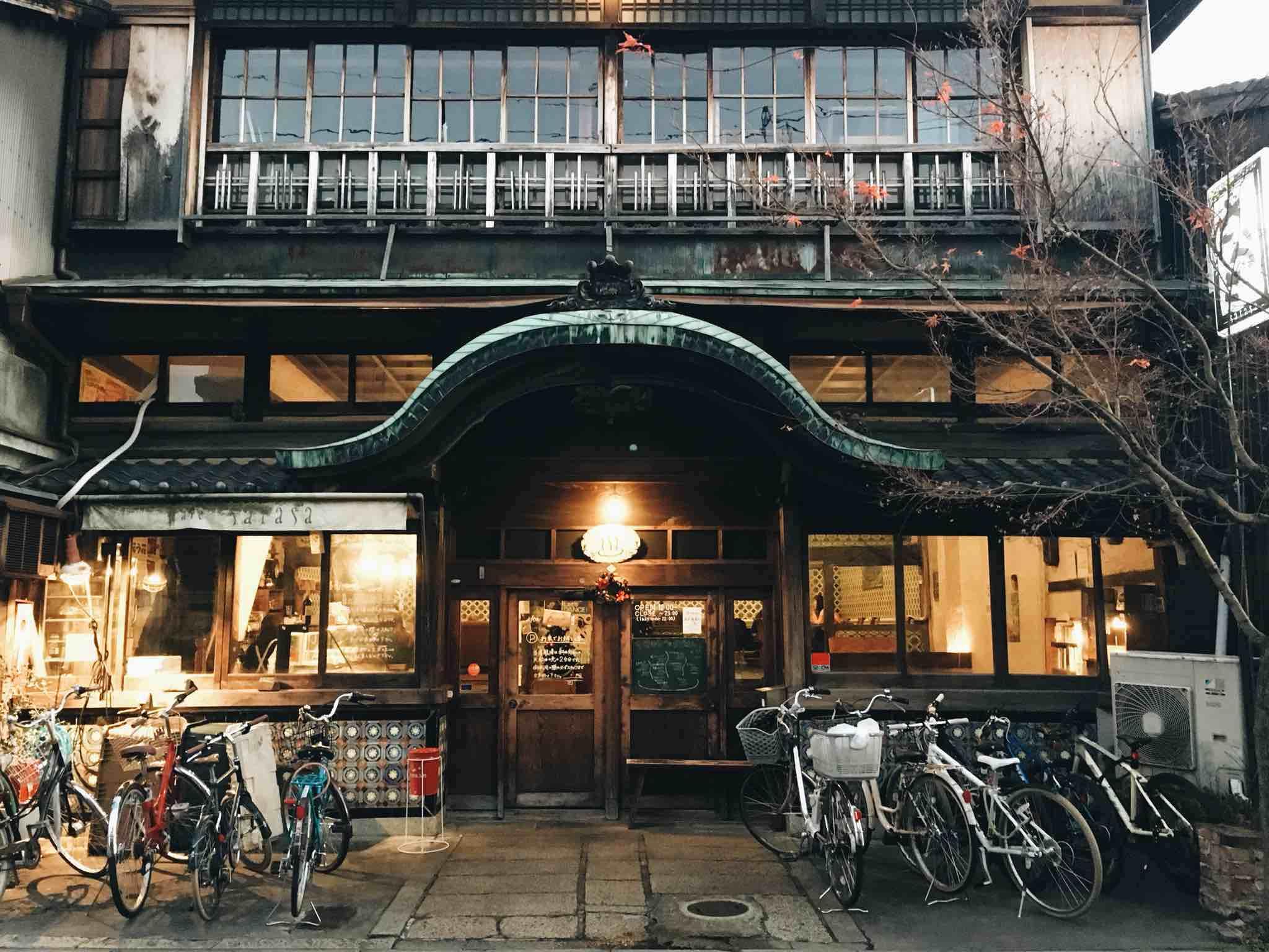 なにやら立派な門構えですが、古民家カフェ? と思う方もいらっしゃるはず……しかしこちら、ただの古民家カフェじゃありません。