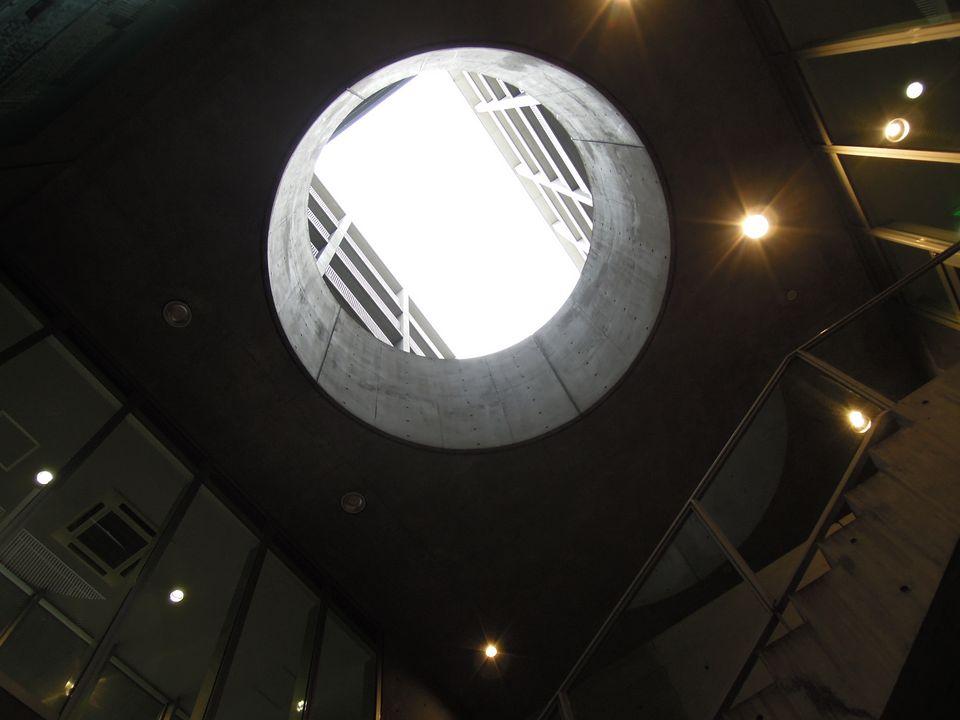 南船場団地:1階ホールから上を見上げると天井に穴が開いている。これも安藤忠雄らしいデザイン。
