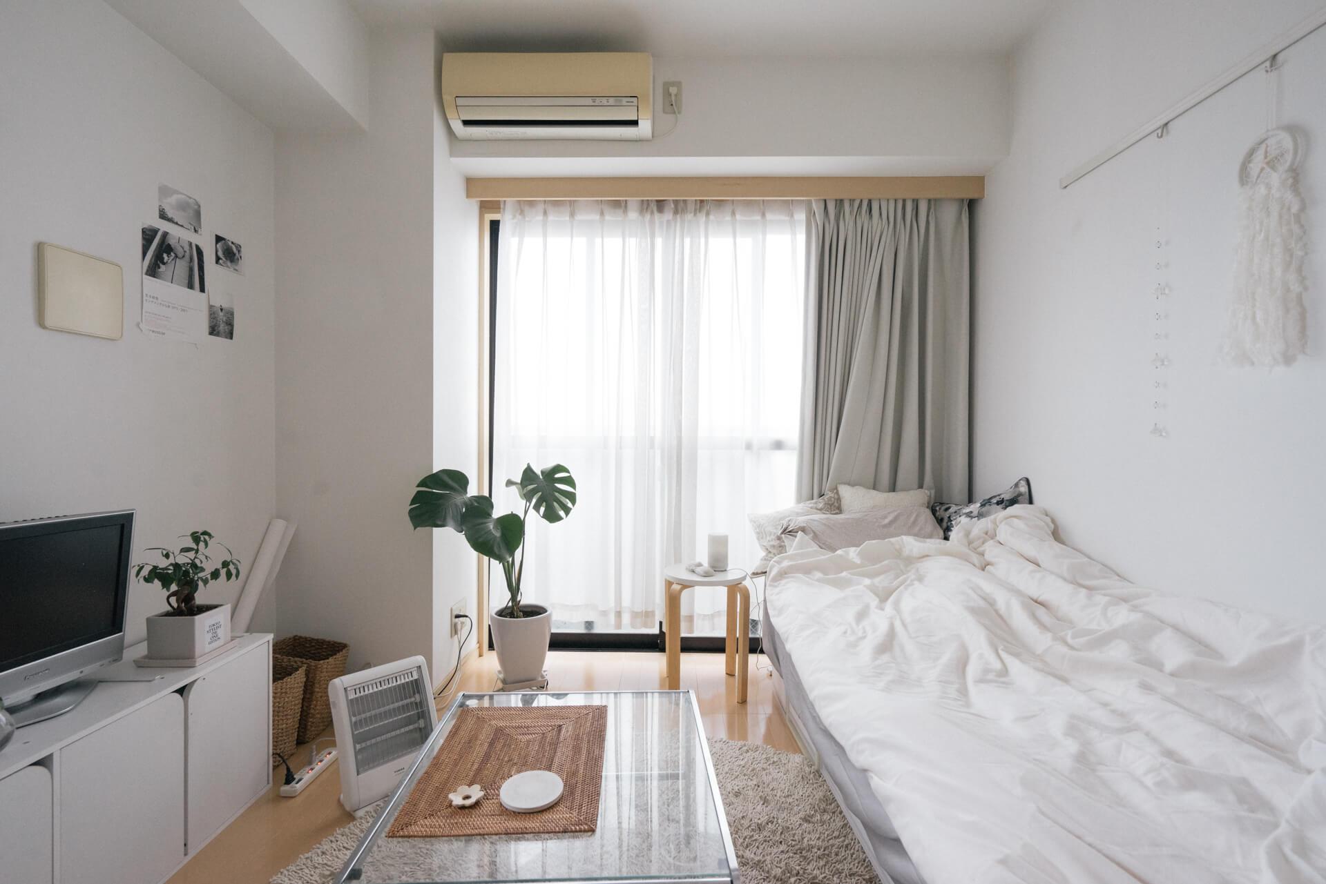 白やグレー、ベージュで統一され、すっきり整った印象の6畳のお部屋。