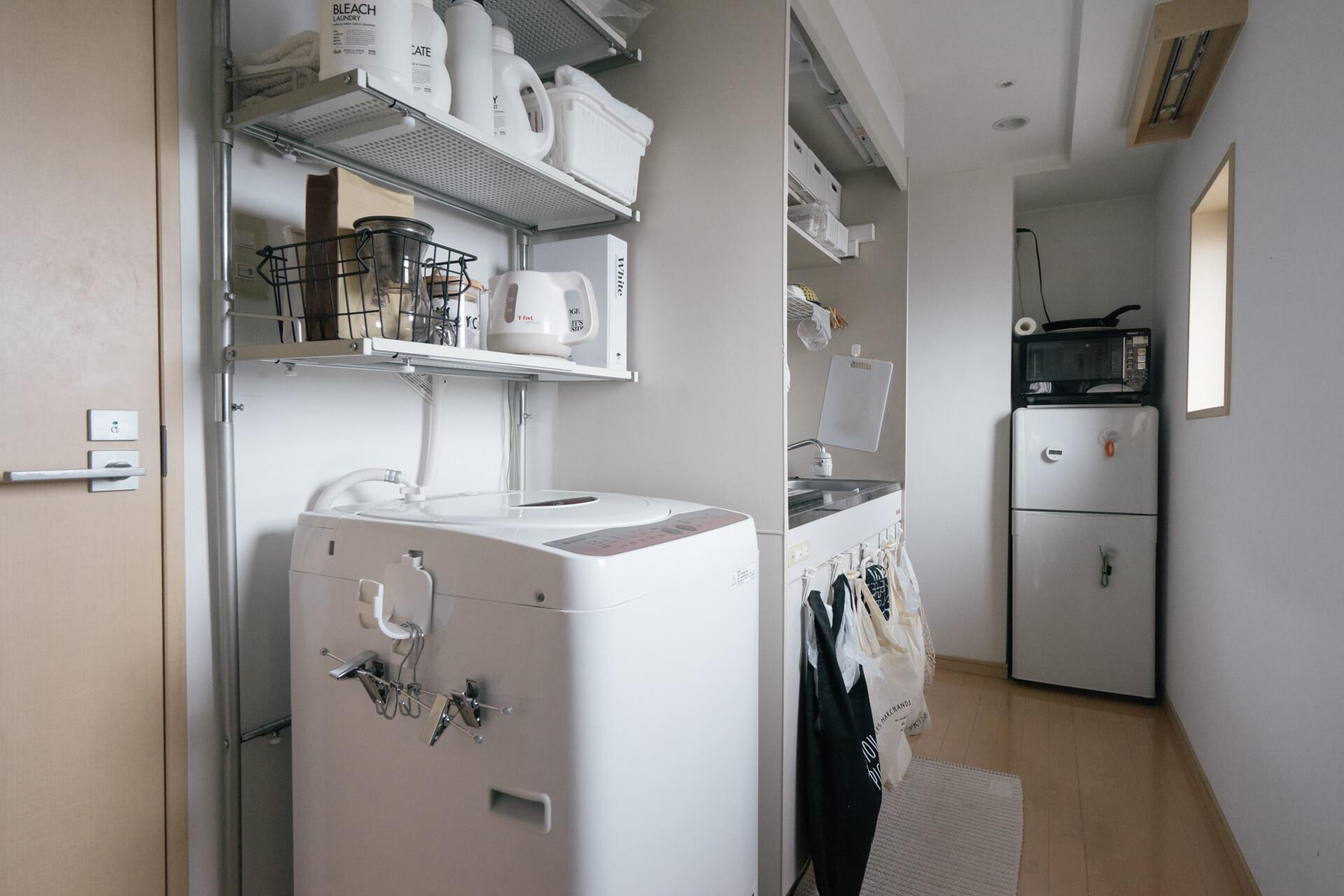 キッチンと洗濯機のある廊下部分も、目に見えるものはほとんどがモノトーン。