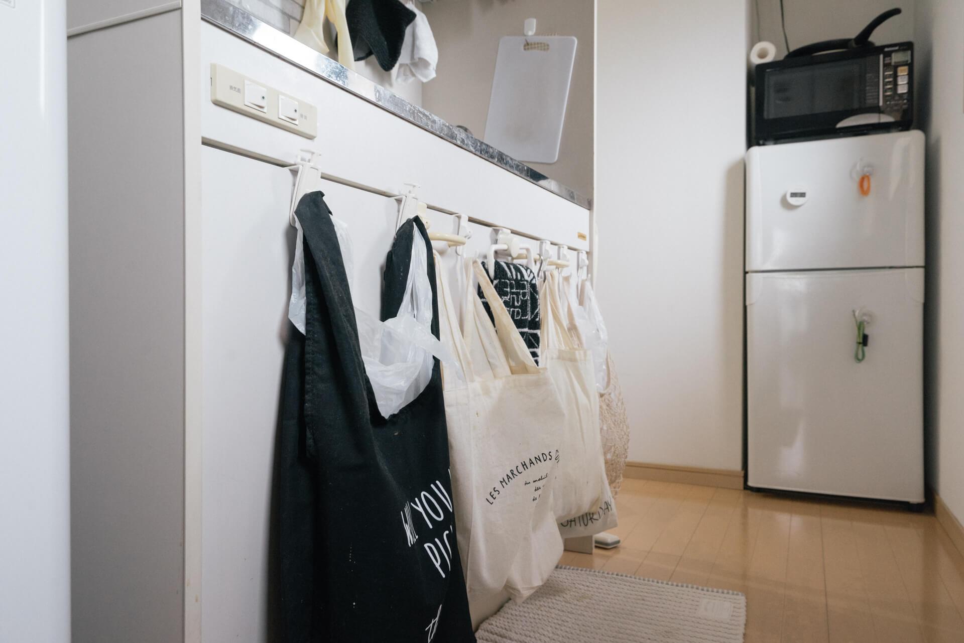 場所をとるゴミ箱は床におかず、戸棚に引っ掛けた袋で分類。これは真似したい。