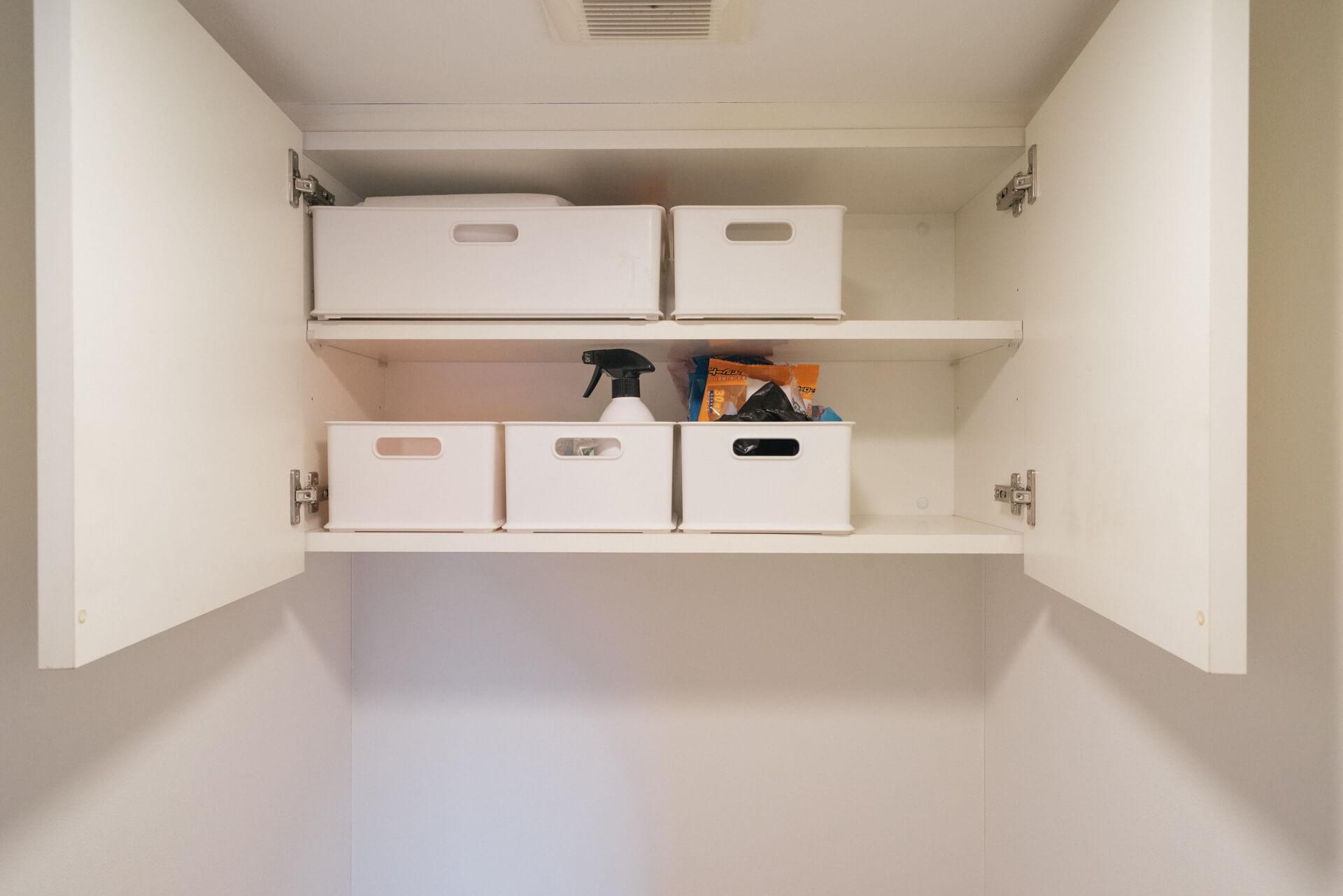 トイレの収納も、同じボックスを活用。積み重ねたり並べたり、ぴしっと揃っていて気持ちいい。