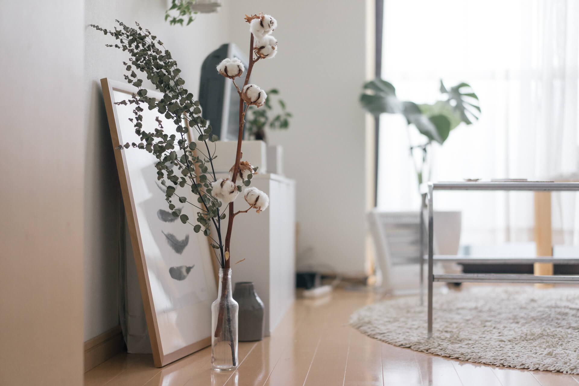 お部屋に入ってすぐのところに飾られたドライフラワー、それに窓際の大きな観葉植物が目をひくポイントになっています。
