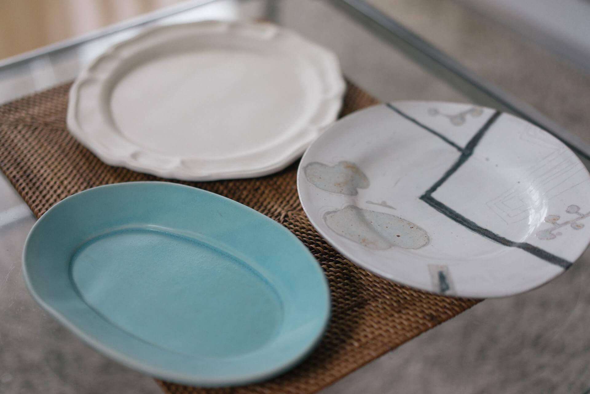 お気に入りの器を見せてもらいました。左の2枚は、千駄木の養源寺で偶数月に開かれる手創り市で購入した yukikonagahama のもの。一番右の印象的な絵柄のお皿は、矢板緑さんのもの。西小山のギャラリーparqueで購入。