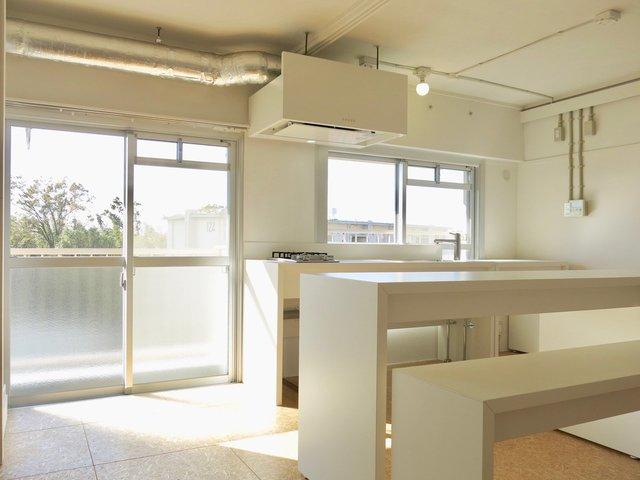 なんとなく学校の家庭科室を思い出す真っ白なキッチン。窓から景色を眺めながら料理ができるって素敵。