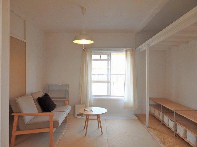 寝室の収納は、オープンで、自分の好きな収納を置いて使うスタイルです
