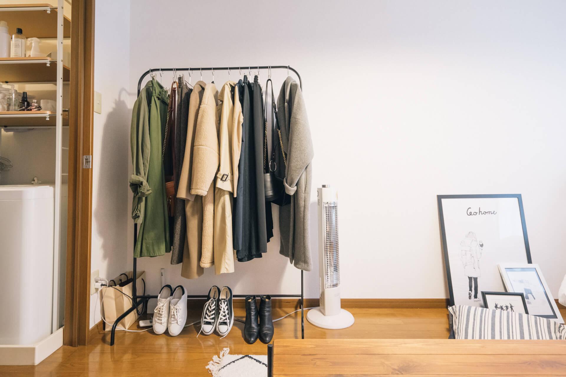 こちらはIKEAで売られているハンガーラックを利用した収納。服は色別にまとめるとオープン収納でもすっきりと見えます(参考:「黒」がお部屋を引き締める。Tyさんの大人シックなワンルーム)