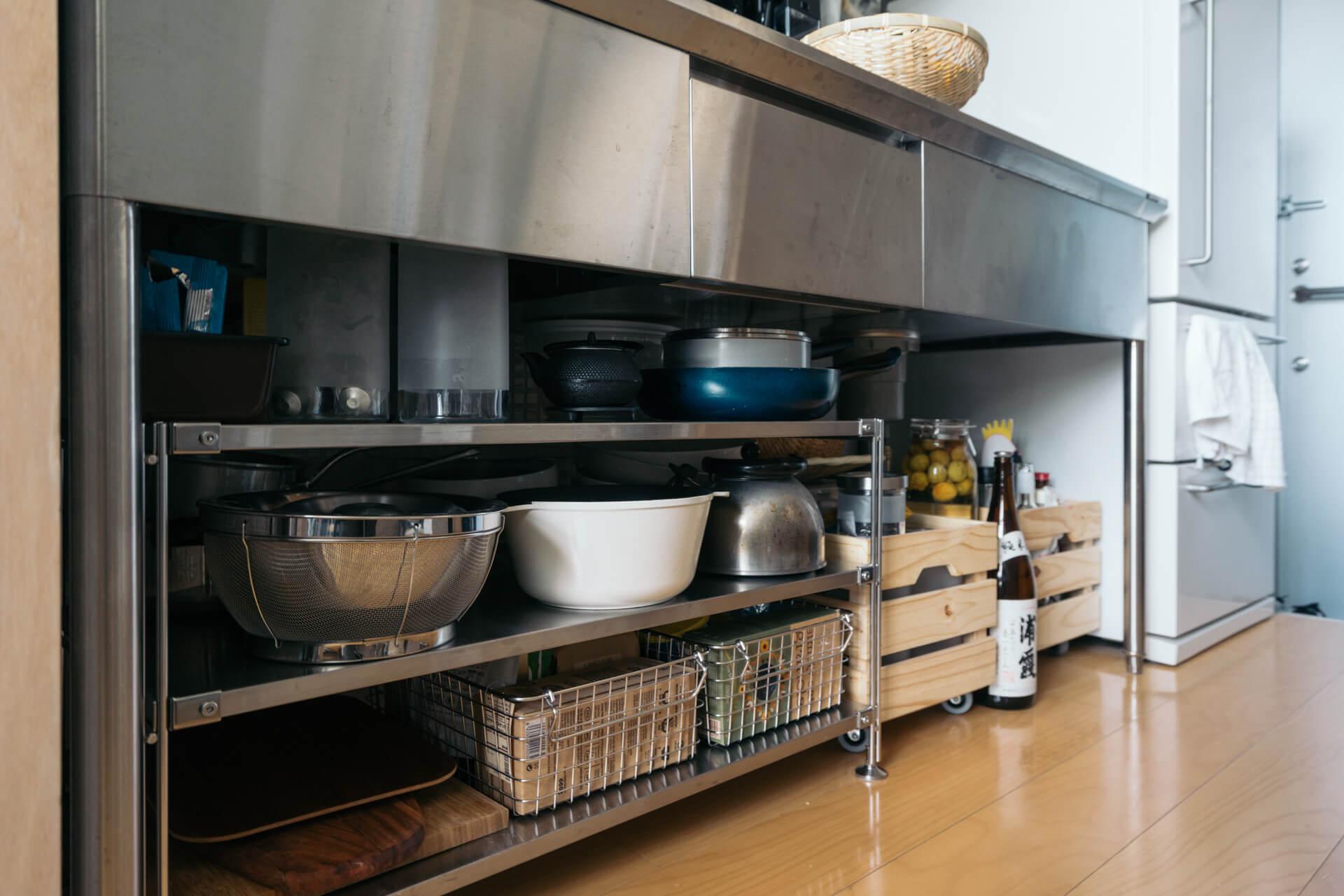 シンク下はオープン収納。ステンレスのキッチンに合わせて、棚もステンレス。そこに木の素材をあわせておしゃれに。