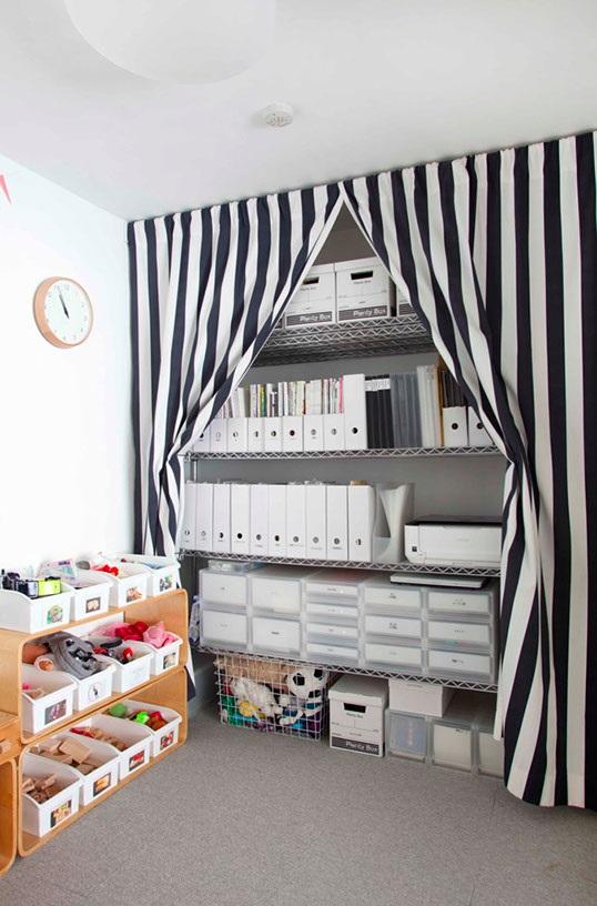 つっぱり棒とカーテンで仕切ってこんなふうに自分でクローゼットスペースを作ることもできます