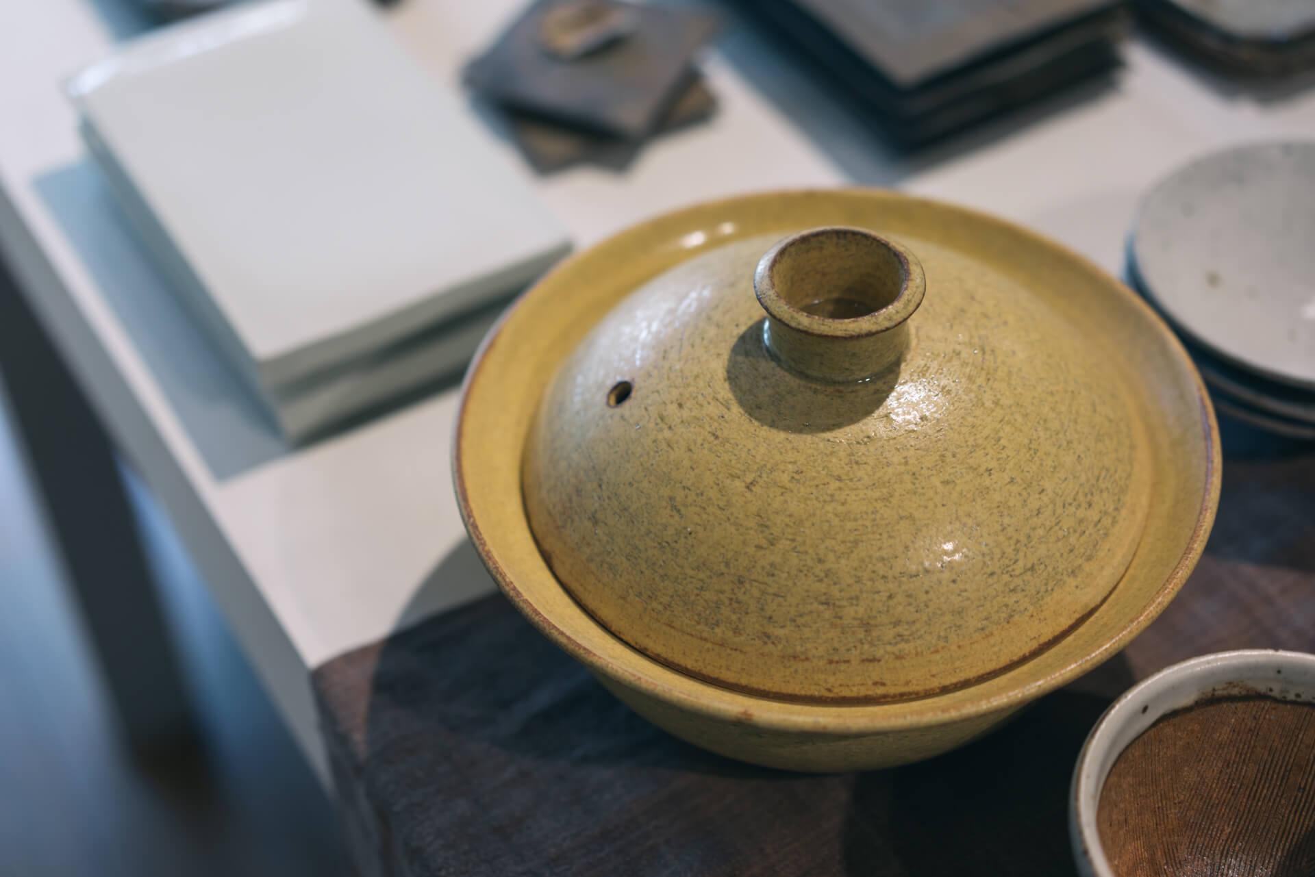 きれいな黄色が印象的な鍋は、小川佳子(おがわよしこ)さんのもの。直火やオーブンでも使えるということで、寒い季節に大活躍しそう。