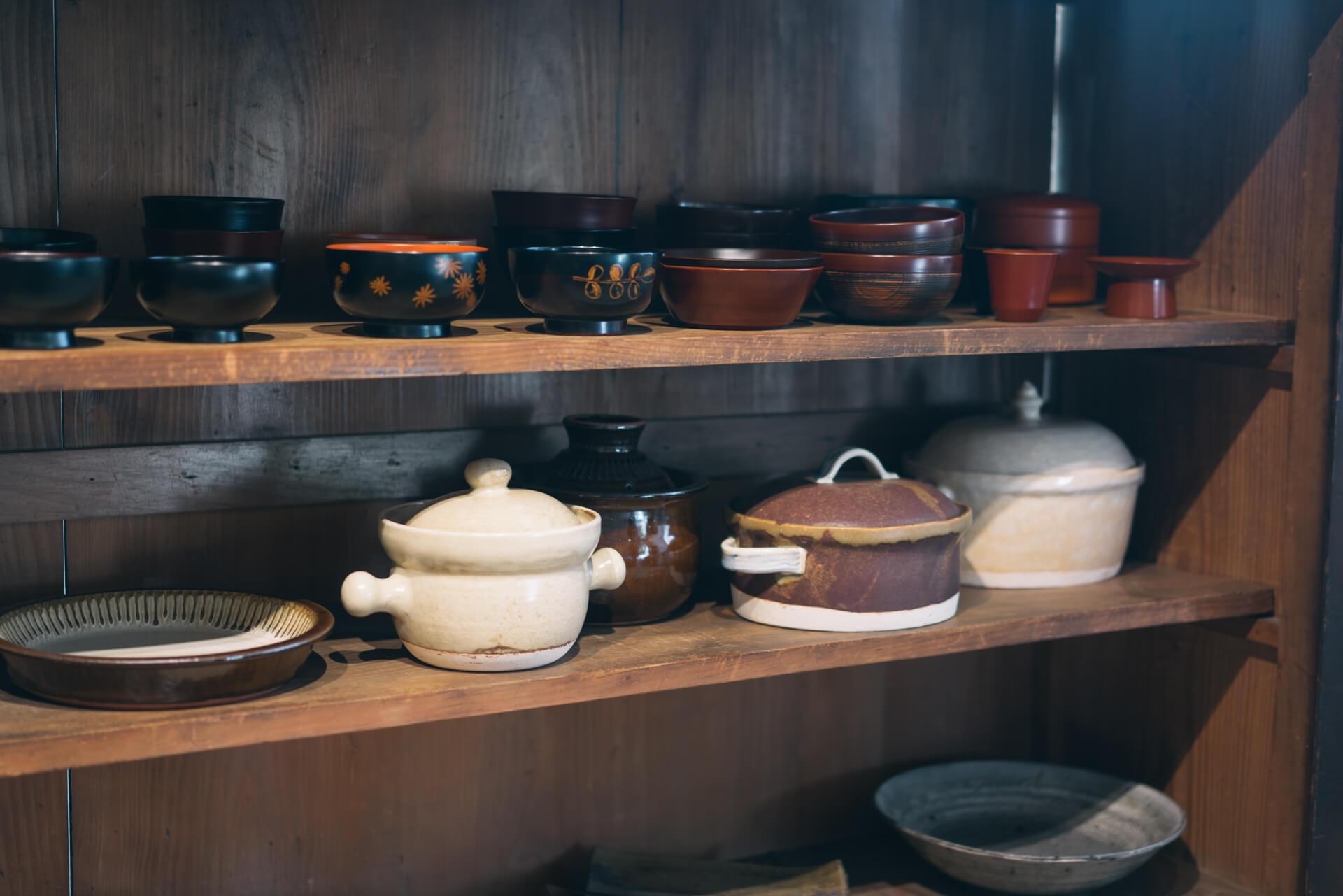 マグカップや、お椀など、用途や形ごとに並べられた器は、色やかたち、質感まで、様々なものが揃えられています。