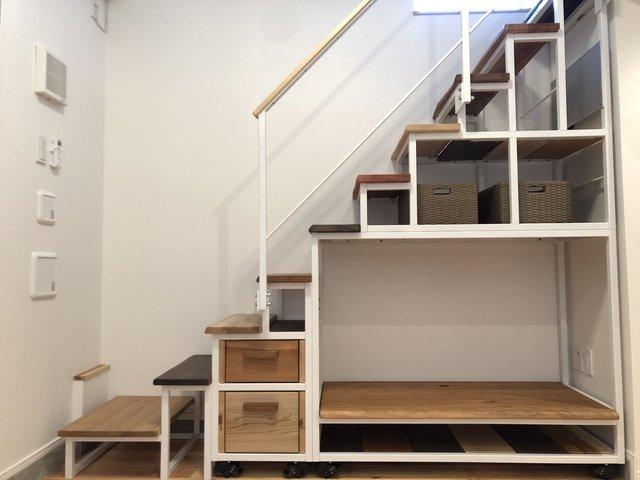 ロフトにつづく階段は収納にも使える嬉しい工夫