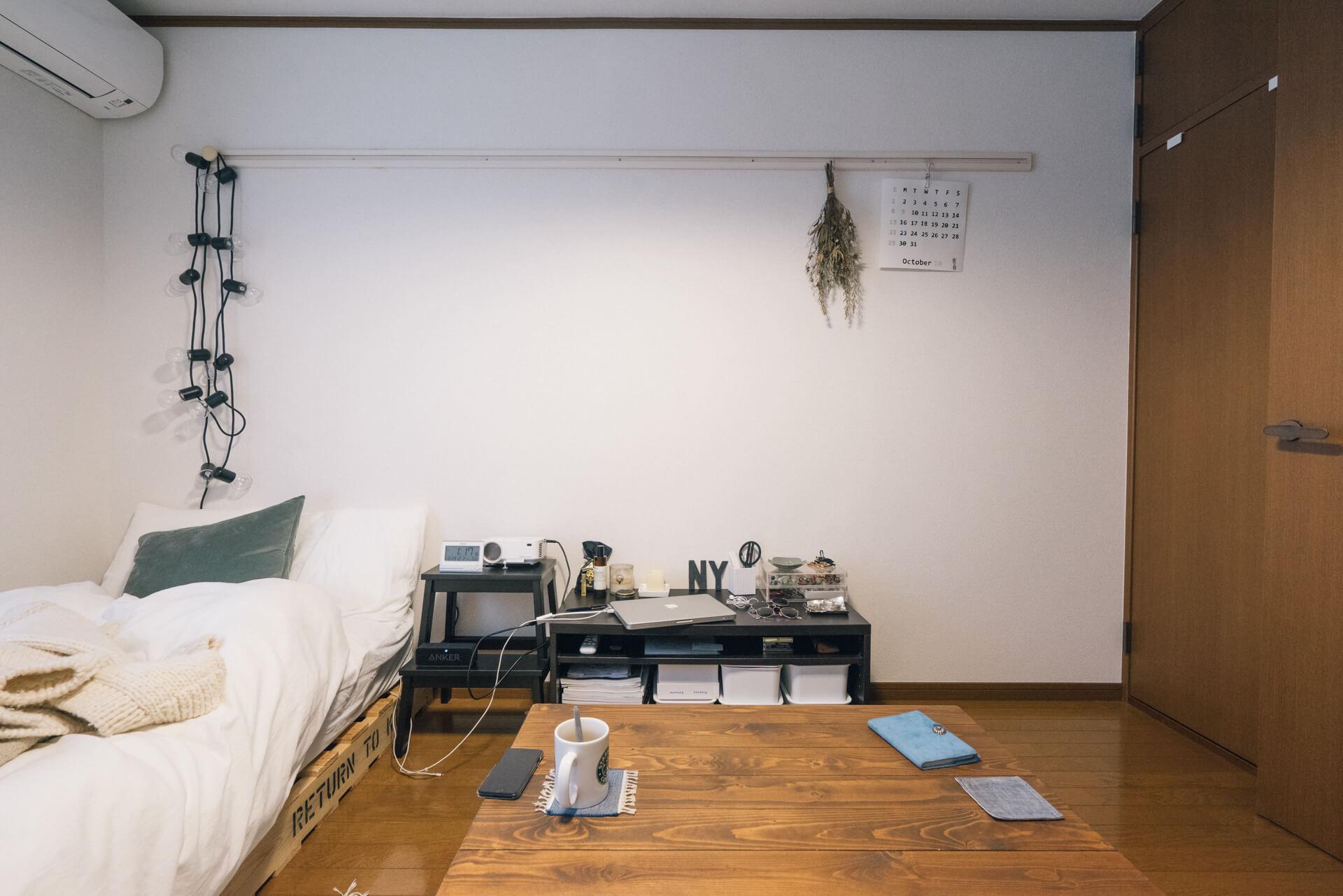 もともと、少しダーク系のフローリングだったお部屋。小さな棚や、サイドテーブル代わりのIKEAのステップスツールなど、意識して「黒」が選ばれています。