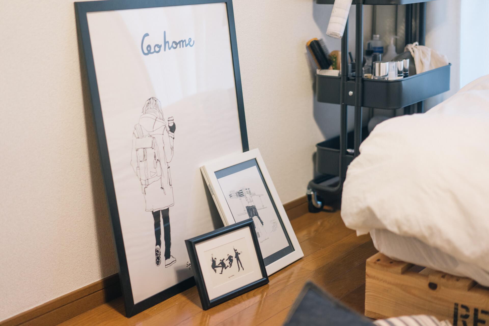 素敵なモノクロのアートは、sayurinishikubo さんによるイラスト(https://www.instagram.com/sayurinishikubo/)。お部屋の印象を決める大きなポイントになっています。作品購入をきっかけに親しくなったのだそう。そういう関係って、いいですよね。