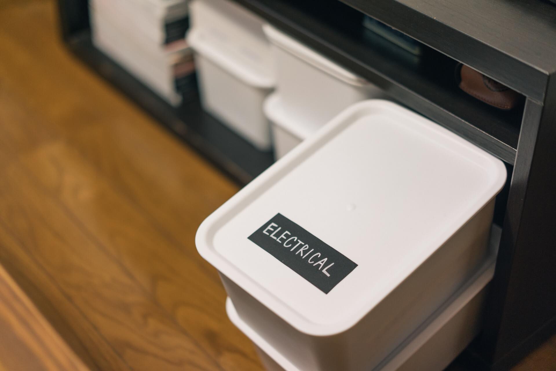 同じ黒板シートは、小物収納の目印にも活用。これはいいアイディア!