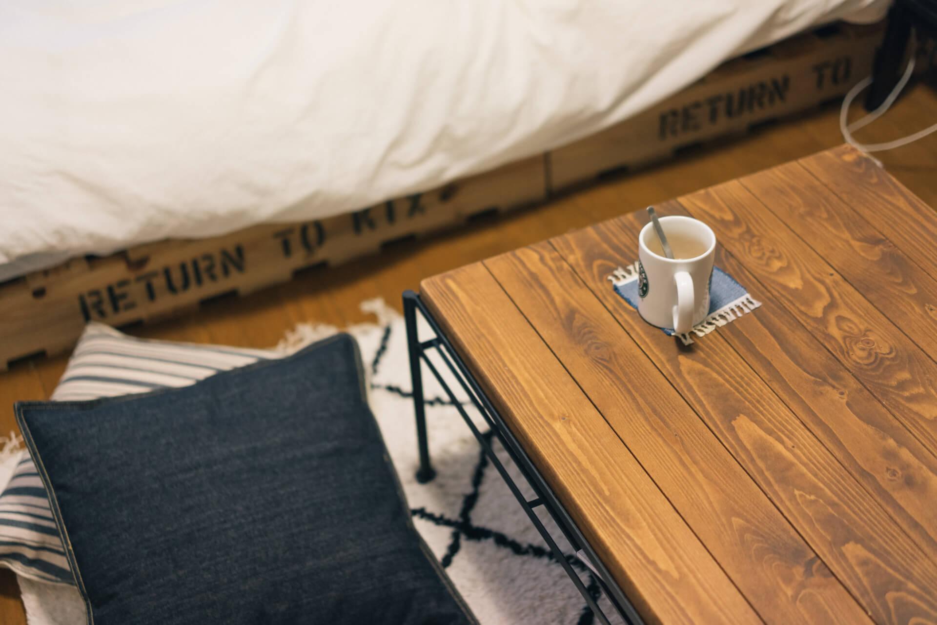 ローテーブルは、ReCENOのもの。パインの無垢材にはエイジング加工が施されていて、シックな部屋によく似合います。