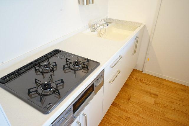 無垢のフローリングに、シンプルデザインが嬉しいキッチン。すっきり暮らしたい人におすすめ。