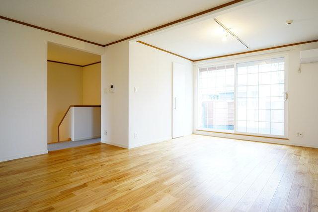 1階、2階は触れごこちのいいオークの無垢床に張り替え。そしてなんと3階建てなので、荷物多めの家族にも安心です