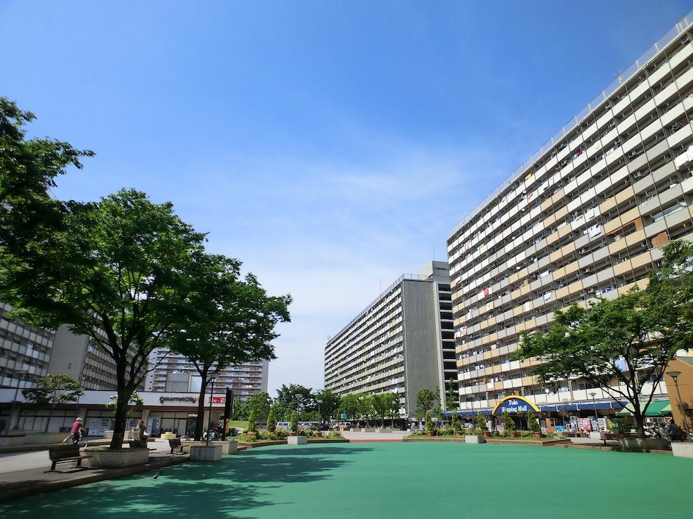 豊島五丁目団地:隅田川沿いに建つ高層団地。建物は高く大きいが間に大きな公園や広場が挟み込まれゆったりとしたつくりになっている。