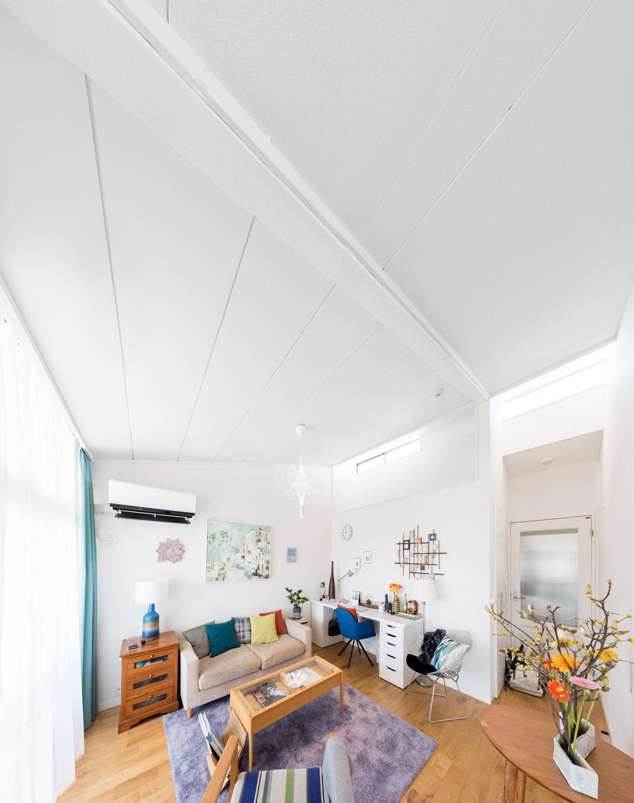 立面方向で見ると、天井が高いこともあって「部屋の下の方がカラフルで、上の方がシンプルに白い」というコントラストが印象的。