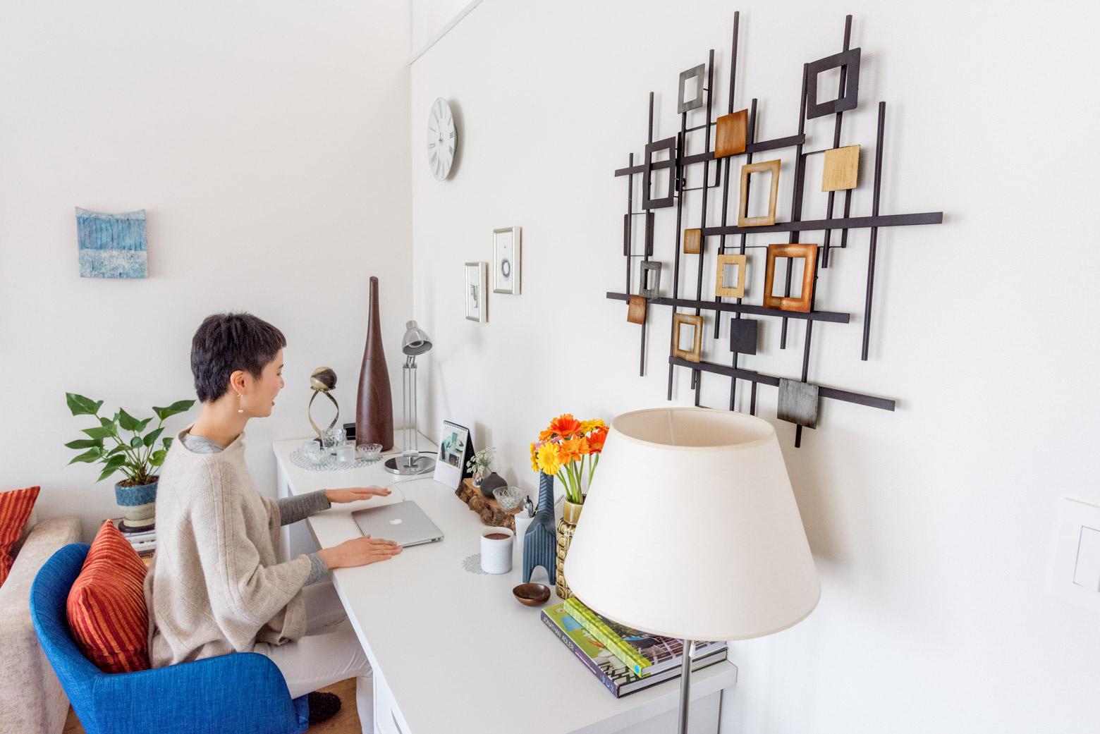 寝室・浴室含め、平面図写真に撮っていない部屋が他にあるのだが、リビングに置かれたこのデスクで仕事をしているという。「前に住んでいた部屋は狭くて仕事場が確保できなくて。いまはほんとうに満足してます」とのこと。それにしてもすてきなデスクトップ! 見習いたい