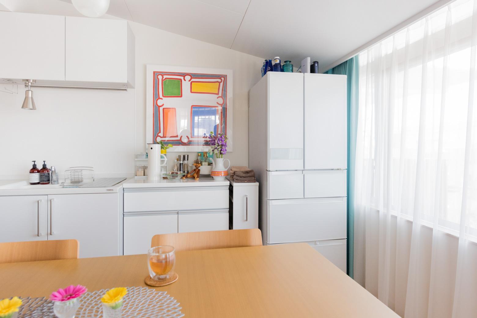 キッチンに飾られた大きな絵。「空間が印象的になるし、視線がそこに集中することで広く感じたりします」と。なるほどー。