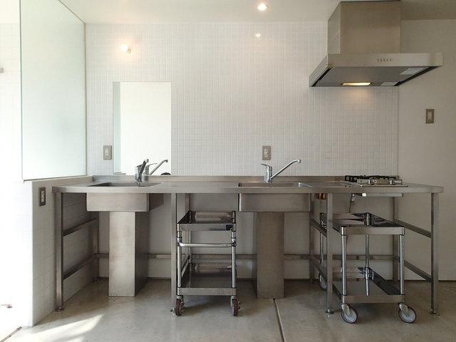 厨房みたいなプロっぽいキッチン!2つあるシンクは、ひとつを洗面台として。