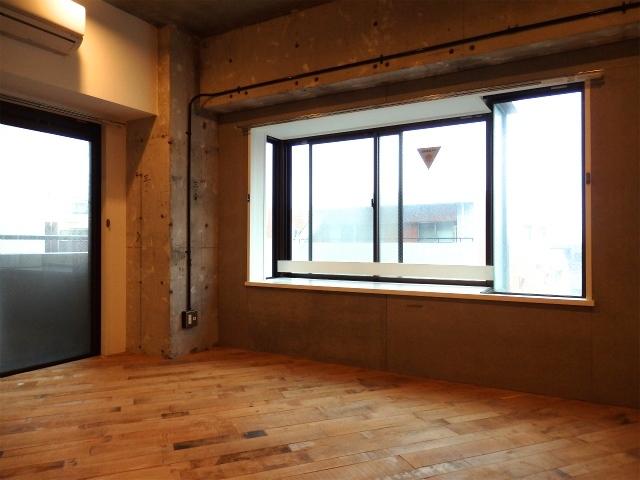 この広さがあってこの家賃なら、なかなかイケてるんじゃないでしょうか!? 角部屋で2面に窓があるのもポイント。