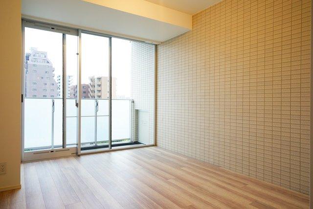 グッドデザイン賞も受賞した建物。内装は一見ふつう、と思いきや、部屋の1面が、なんとタイルです。