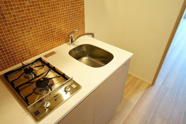 キッチンの壁ももちろんタイル。素材にこだわる部屋、嫌いじゃないですよ。