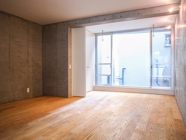 コンクリートの壁に、無垢のフローリング。この素材ミックスが良いのです。