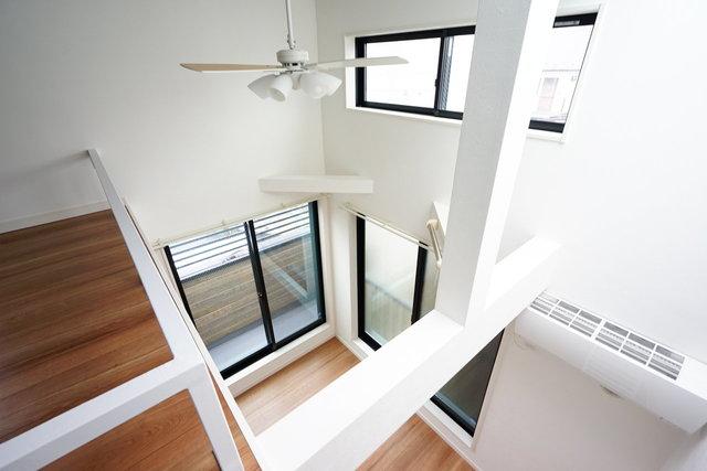 16平米のワンルーム……のはずなんですが、天井が高いとぜんぜん違いますね!