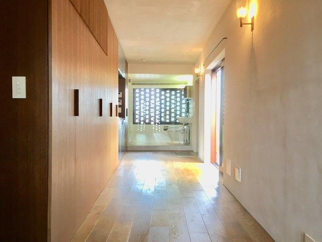 キッチンは、クローゼットの並びにすっぽり収まります。奥に見えているのはバスルーム。