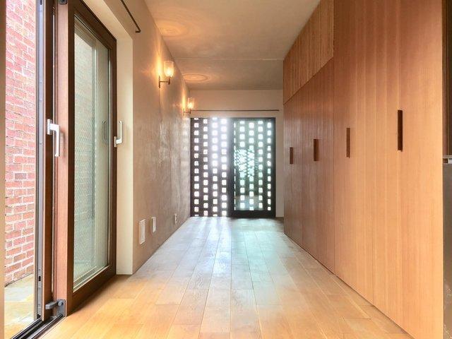 収納たっぷりの広いワンルームは、ホテルみたいにすっきりと暮らせます。