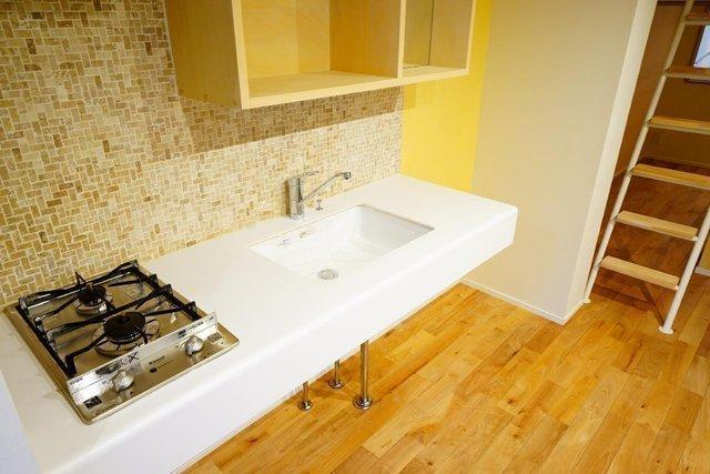 このキッチン!モザイクタイルが贅沢!うっとりしてしまいますね。