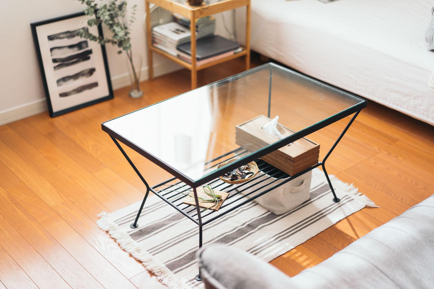 ガラストップのテーブルはunicoのもの。