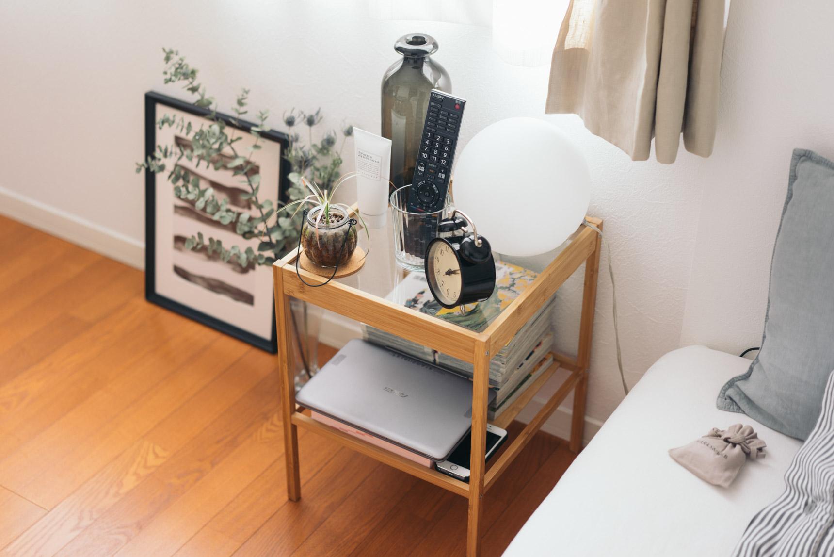 ベッドサイドのテーブルはIKEA。こちらも、ガラスの天板なので、空間を圧迫せず広くみせてくれますね。