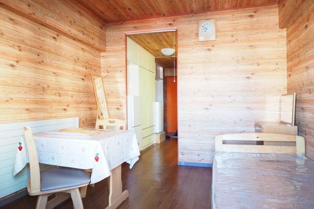 木製の家具・家電は備え付き。ただ、木目の壁は、本物ではなく壁紙なのでご了承ください。