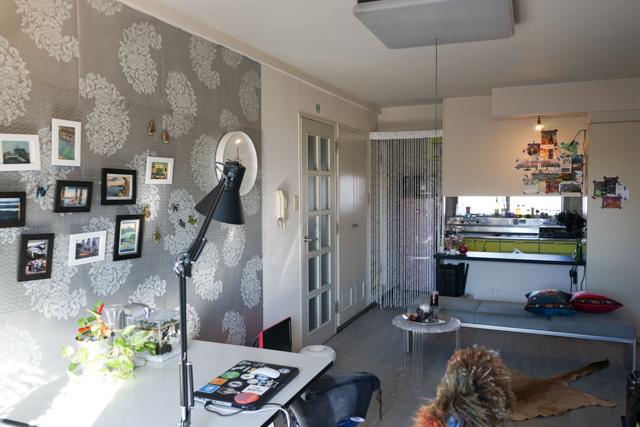 こんな感じの部屋でした。床はグレーのフロアタイルを敷くだけ、壁紙はホッチキスで貼ってます