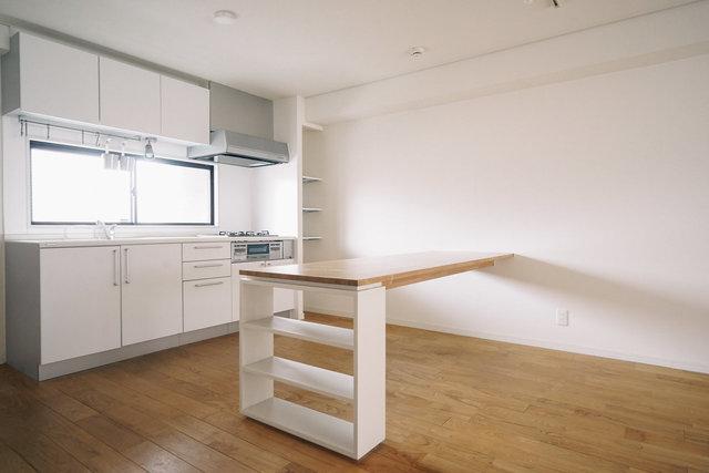 おしゃれでかっこいいアイランドキッチンではないけれど、真っ白でシンプルなデザインのキッチンに、作業のしやすい広いカウンターがついています。これ、いいな。