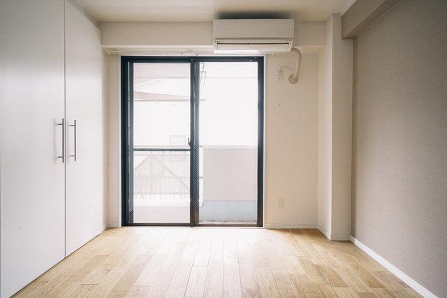 床が無垢のフローリングで、素材感が良いのでどんな家具をおいてもおしゃれにみせてくれるのがポイント。建具もすべて真っ白なので、インテリアの邪魔をしません。なかなか、よくないですか?(この部屋の詳細はこちら)