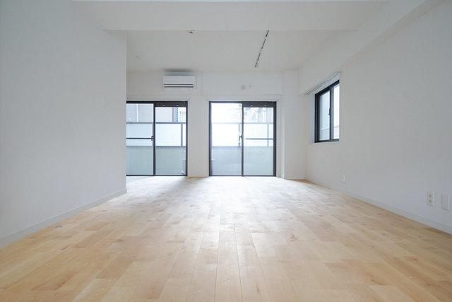 どーんと広い17畳のワンルーム。角部屋で、開放感たっぷりなのが嬉しい。