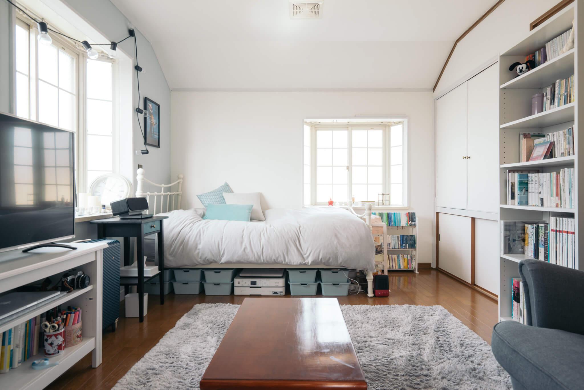 かわいい白の出窓が2つあるお部屋。