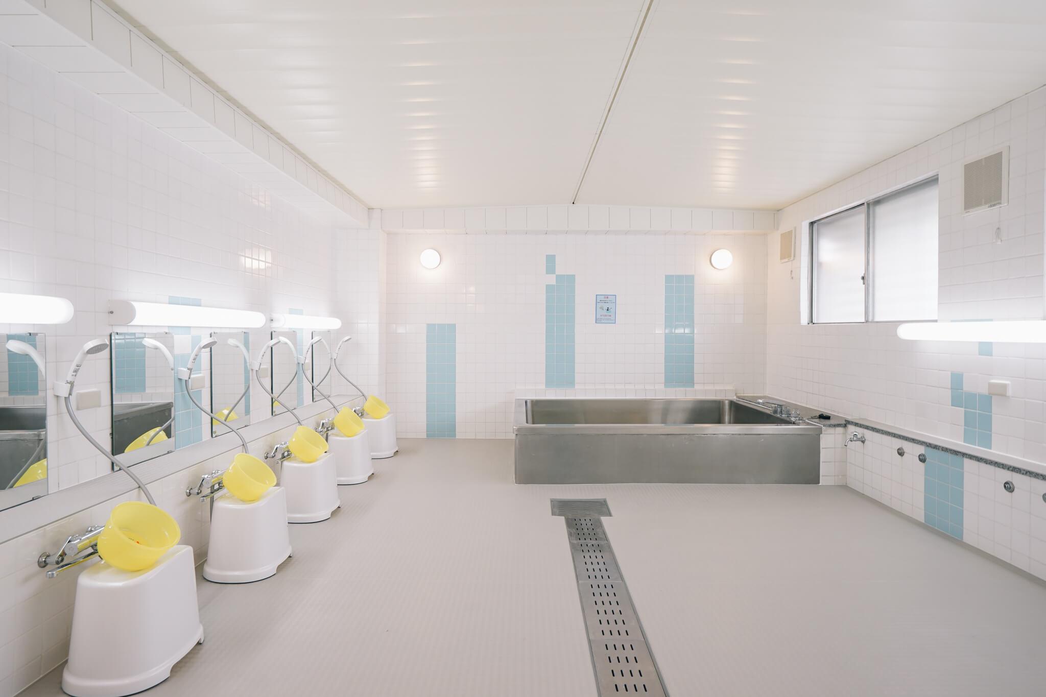 とっても広い大浴場!床がタイルじゃなくてゴム素材でできているので、冬場も暖かい嬉しい配慮。