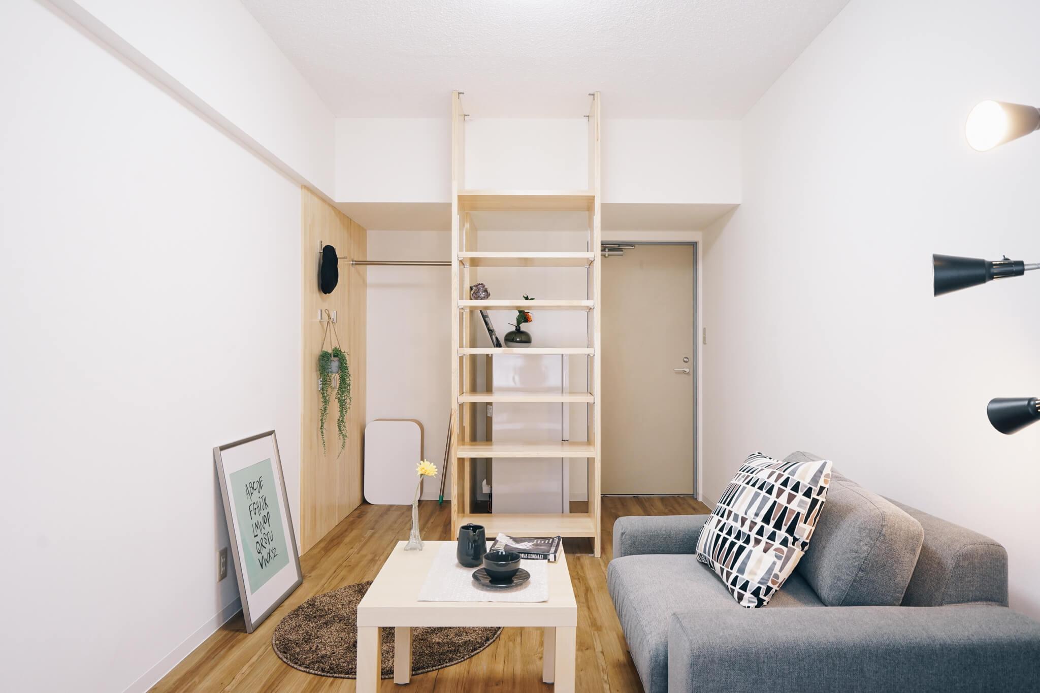 個室では寝るだけ、あとはラウンジで過ごす、というのがシェアハウスのイメージだったんですが、個室内でもかなりリラックスできちゃう。むしろ、ベッドもソファもあるなんて、普通のワンルームマンションより贅沢。