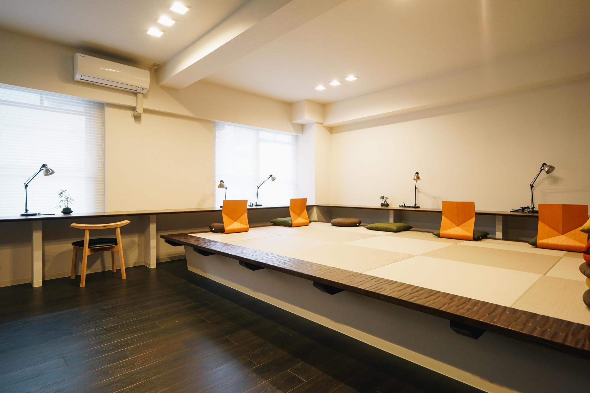 まず、自慢の部屋ですと案内していただいたスタディールームは、なんと小上がりの畳敷き!