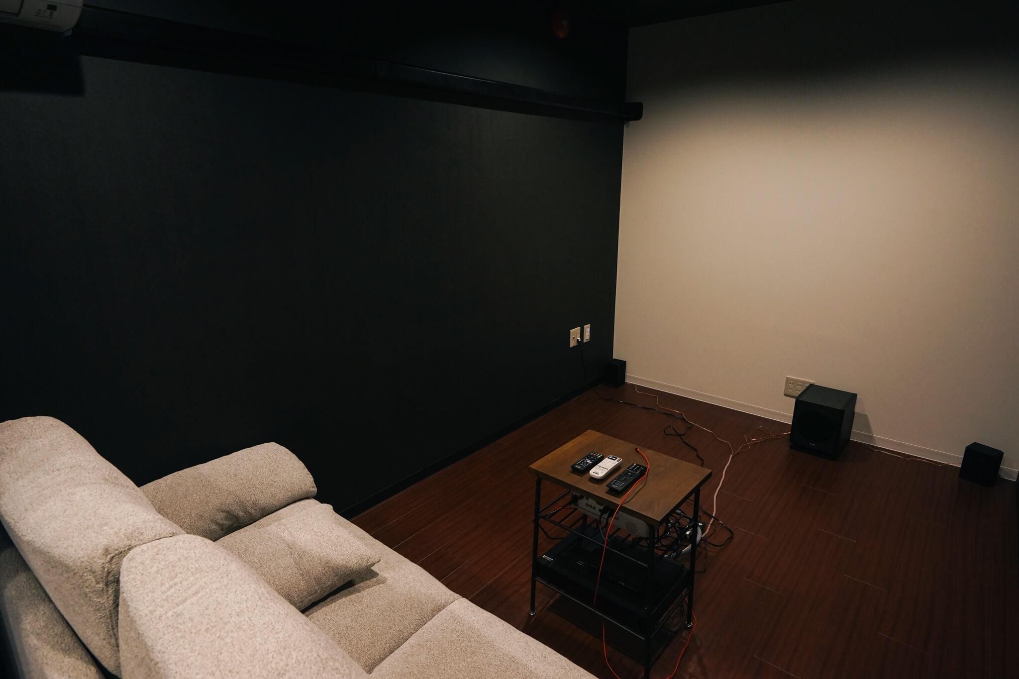 隣にあるシアタールームは、2人がけソファで超少人数専用となっています。映画の世界に没入できそう。